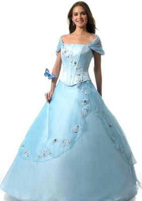 Foto de mujer con vestido de quinceañera color celeste