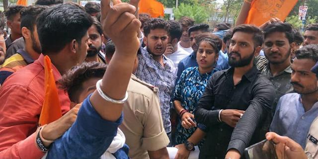 ABVP नेताओं को कपड़े उतारकर पीटने और जूते पर नाक रगड़वाने के आरोप में एसआई व सिपाही लाइन अटैच