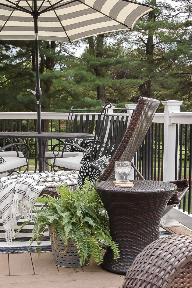 Simple and Beautiful Black and White Summer Deck