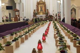 Los ataúdes de 640 niños por nacer en la Iglesia de la Santísima Trinidad en Gonczyce, Polonia, 12 de diciembre de 2020. Créditos de las fotos: Bogdan Romaniuk