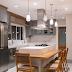 Cozinha cinza, branca e amadeirada com ilha revestida de pedra industrializada + marcenaria clássica!