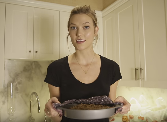 Karlie Kloss Shares Her Apple Krisp Recipe