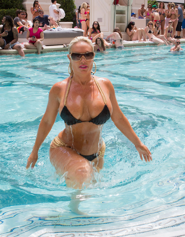 Nicole Coco Austin getting out of the pool