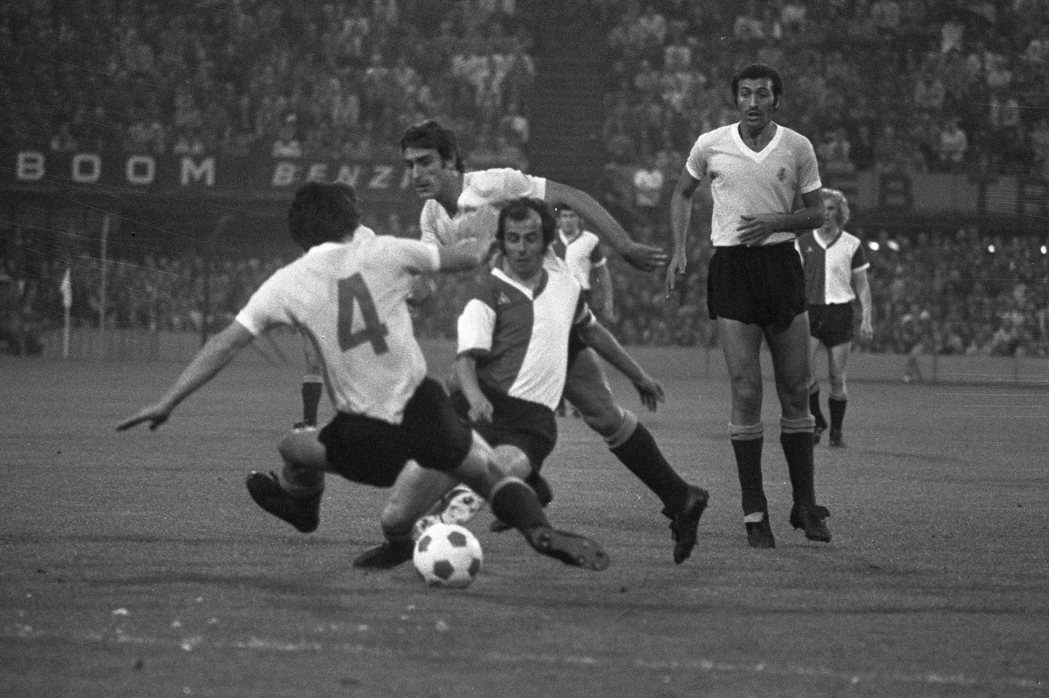 Coen Moulijn in actie tegen Uruguay tijdens zijn afscheidswedstrijd