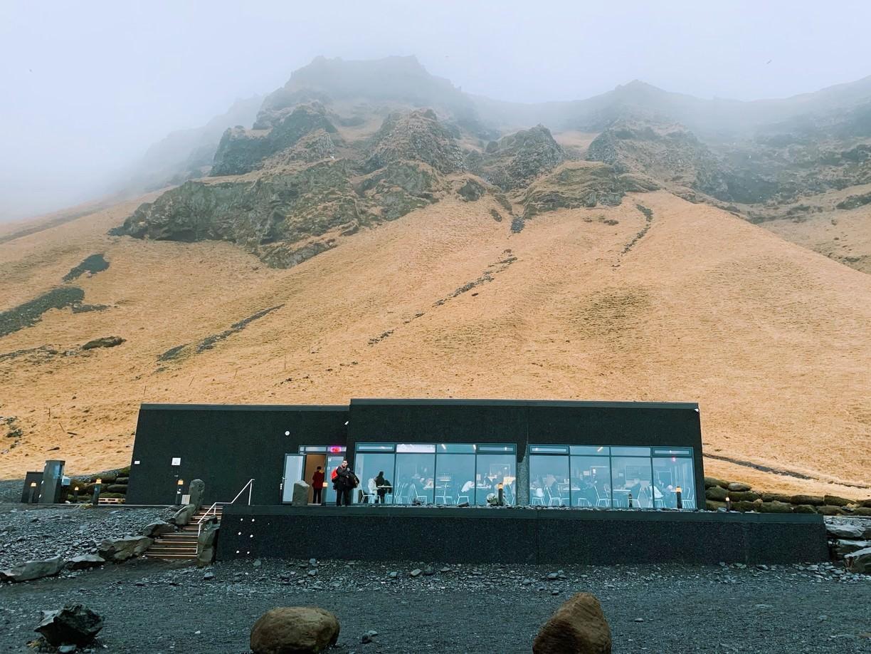 Кафе на черном пляже Рейнисфьяра в Исландии
