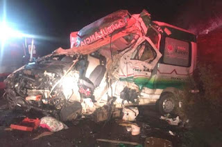 Acidente entre ambulância e caminhão