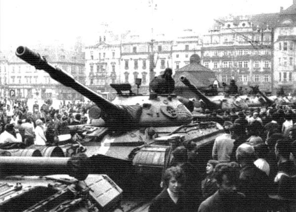 Танки Т-10М в Чехословакии в составе войск стран Организаций Варшавского договора. 1968г..