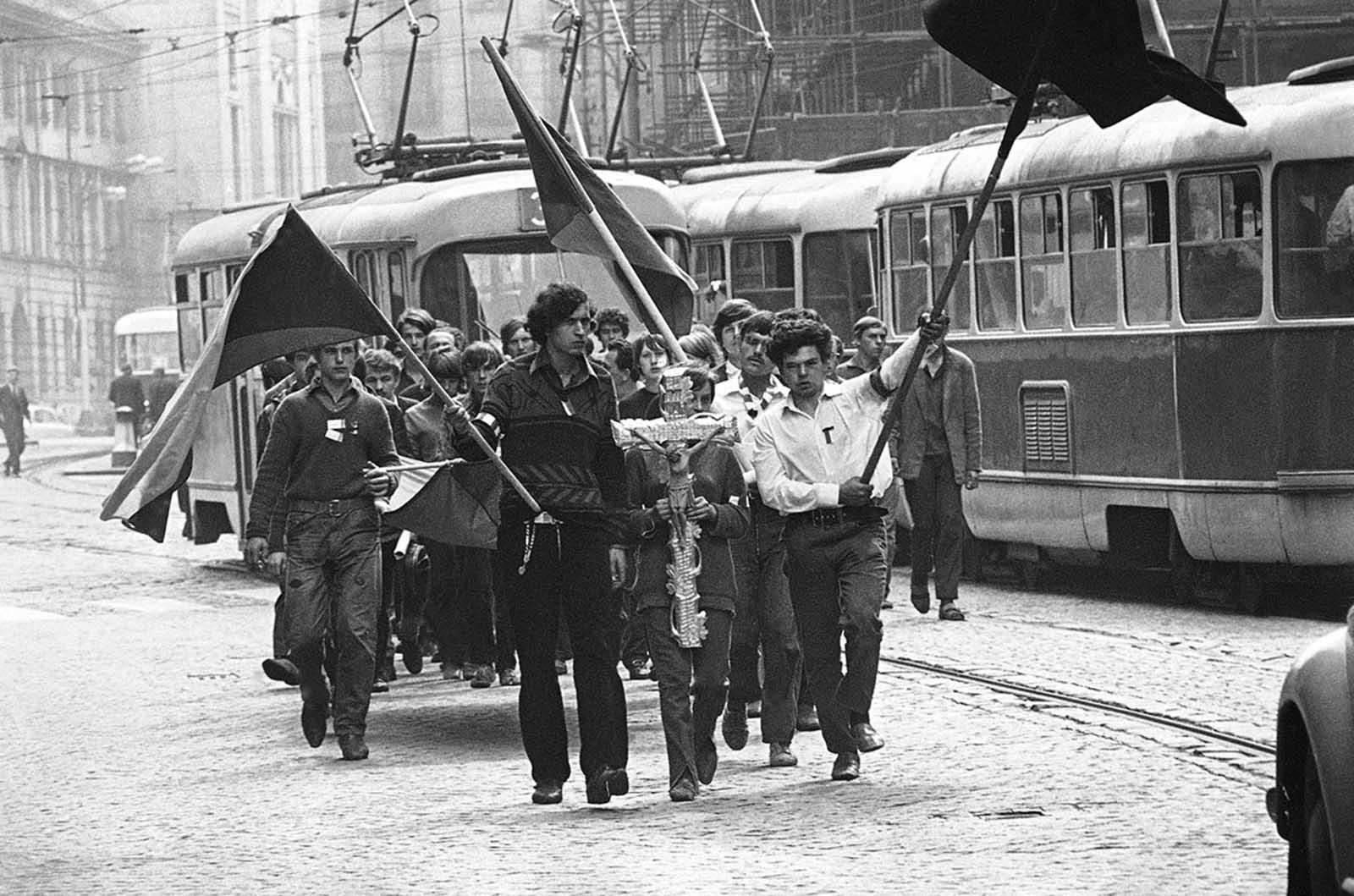 Los jóvenes llevan un crucifijo en su camino hacia el entierro de un amigo baleado por los soviéticos el 27 de agosto de 1968 en Praga.