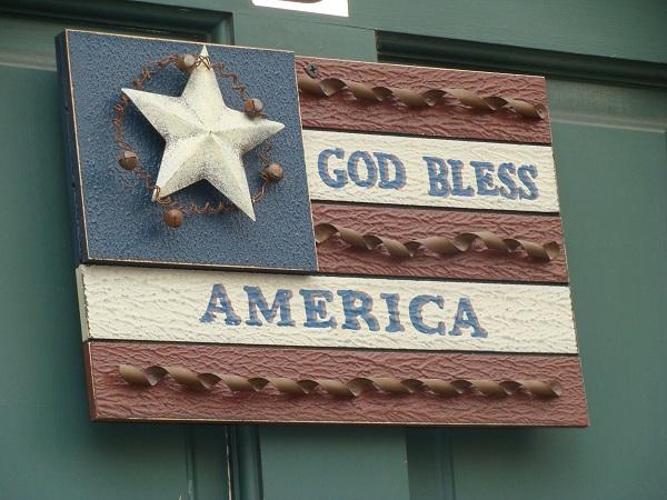 """Holztafel mit der Aufschrift """"God bless America"""" an einem Haus in Gettysburg"""