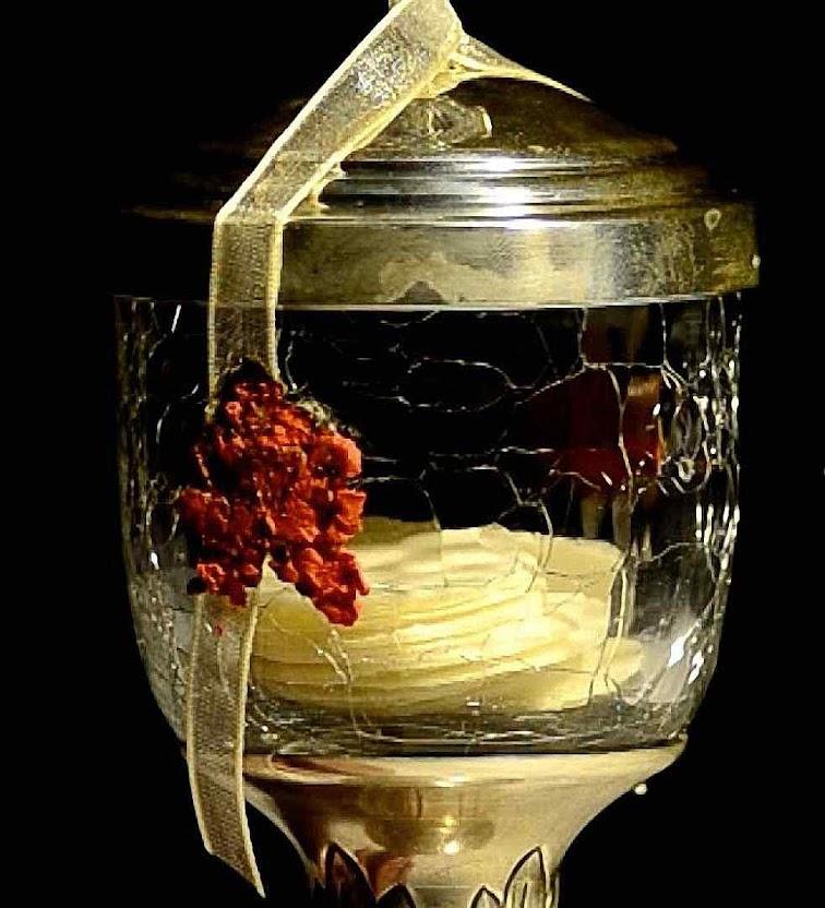 As hóstias consagradas há mais de 80 anos na âmbula de cristal em que são hoje adoradas