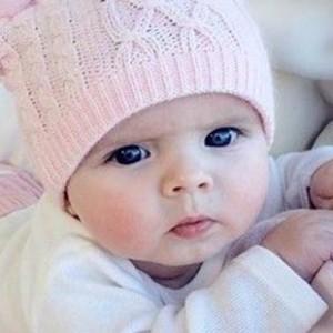 صورة طفل يتأمل بعيدا