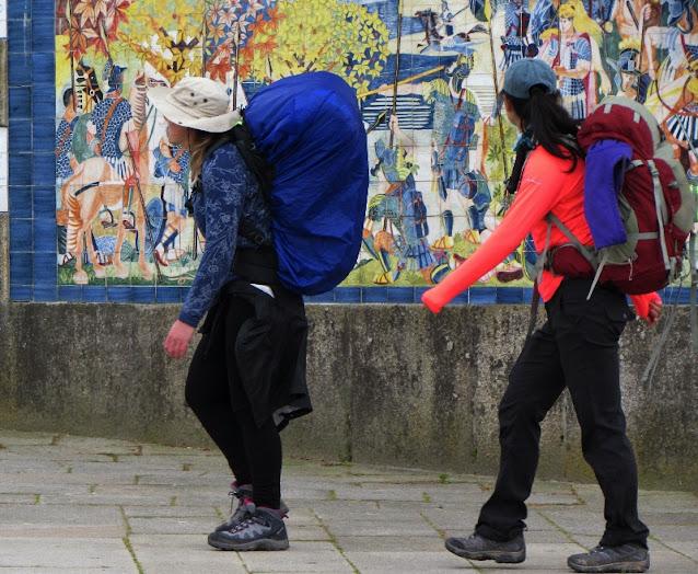 Duas peregrinas de Santiago observando um painel de azulejos  em Ponte de Lima