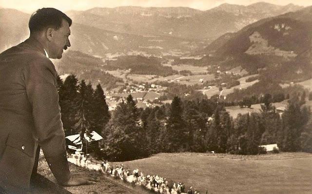 Ο Χίτλερ ήτανε αυτοδίδακτος και δεν προσπάθησε να το κρύψει. Η αυτάρεσκη έπαρση των διανοούμενων, οι φανταχτερές ιδέες τους, τον εκνεύριζαν ορισμένες φορές. Οι δικές του γνώσεις που είχε πάρει μέσα από επιλεκτική και συνεχή μελέτη, ήτανε περισσότερες από χίλιους διπλωματούχους ακαδημαϊκούς. Δεν πιστεύω να έχει διαβάσει κανείς περισσότερο από αυτόν. Φυσιολογικά, διάβαζε ένα βιβλίο κάθε μέρα, πάντα πρώτα διάβαζε τη περίληψη και μετά τα περιεχόμενα έτσι ώστε να δει πόσο ενδιαφέρον είναι. Είχε την δύναμη να αποσπά την ουσία από κάθε βιβλίο και μετά να το αποθηκεύει στο μυαλό του. Τον είχα ακούσει να μιλάει για περίπλοκα επιστημονικά βιβλία με απίστευτη ακρίβεια, ακόμα και στο σημείο του πολέμου. Η διανοητική του περιέργεια ήτανε απεριόριστη. Ήτανε ήδη οικείος με τα γραπτά των περισσότερων διαφορετικών συγγραφέων και τίποτα δεν ήτανε πολύ περίπλοκο για να κατανοήσει. Είχε βαθιά γνώση και κατανόηση του Βούδα, του Κομφούκιου και του Ιησού Χριστού, καθώς και του Λούθηρου, Κάλβιν και Σαβοναρόλα, των λογοτεχνικών γιγάντων όπως ο Δάντης, Σίλερ, Σαίξπηρ και Γκαίτε και τους αναλυτικούς συγγραφείς όπως Ρενάν και Γκομπινώ, Τσάμπερλαιν και Σορέλ. Είχε μελετήσει την φιλοσοφία διαβάζοντας Αριστοτέλη και Πλάτωνα. Μπορούσε να αναφέρει κατά λέξη ολόκληρες παραγράφους από Σοπενχάουερ μόνο από τη μνήμη του, και για πολύ καιρό κουβαλούσε ένα βιβλιαράκι τσέπης του Σοπενχάουερ μαζί του.