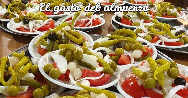 Platos de olivas para el almuerzo valenciano