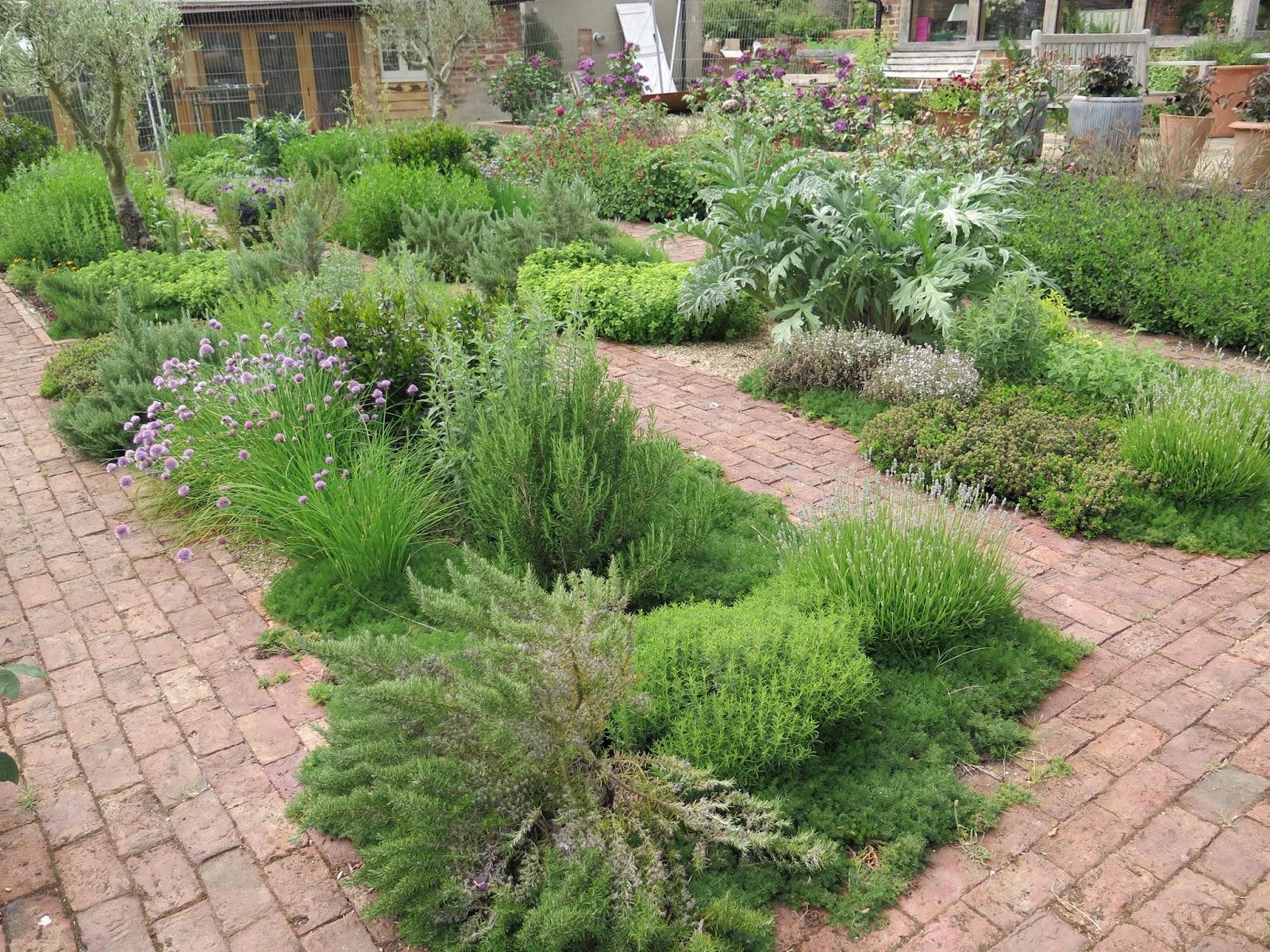 En el jardin inglaterra nuevamente para inspirarse y for Jardines pequenos con ladrillos