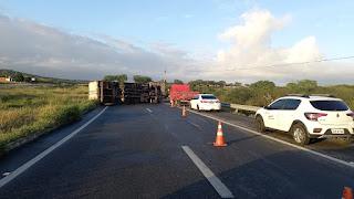 Caminhão tomba com carga de papéis e deixa BR-230 parcialmente interditada