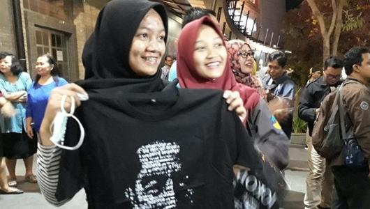 Senangnya Pengunjung Mal Solo Paragon Dapat Kaus dari Jokowi