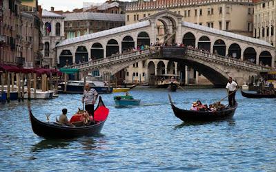 Το Ριάλτο της Βενετίας περιμένει, έτοιμο, τα δικά του ηλιοβασιλέματα