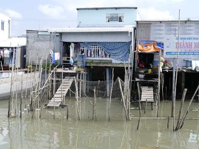 Nhà bên sông ở miền quê ĐBSCL