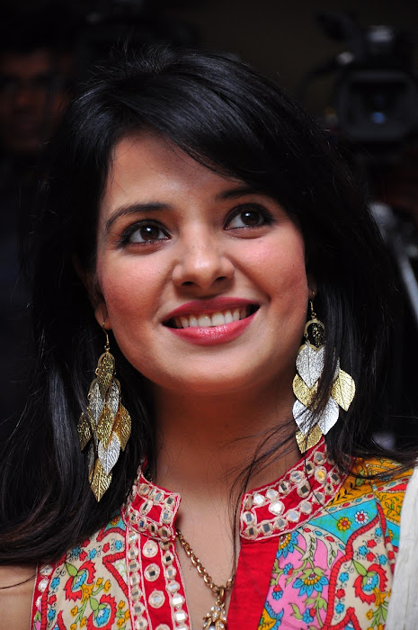 saloni @ santosham 9th anniversary actress pics