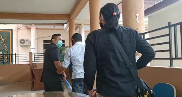 STOP PRESS!! Oknum Anggota DPRD Barsel Adiyat Nugraha Menyerang Wartawan Baritorayapost.com Dengan Tongkat Bisbol