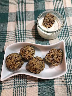 Boulettes vegan au quinoa avec sauce yaourt et persil