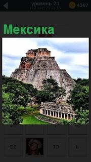 Фрагмент участка местности, который относится к Мексике с горами и зелеными деревьями вокруг