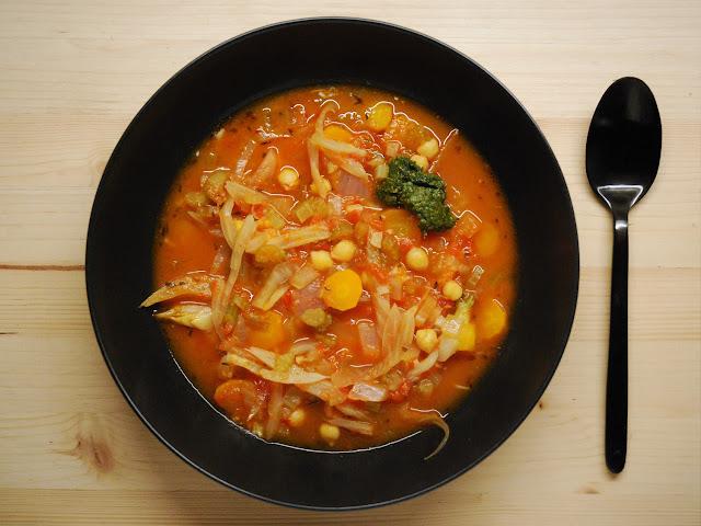 Soupe de tomates au céleri et pois chiches