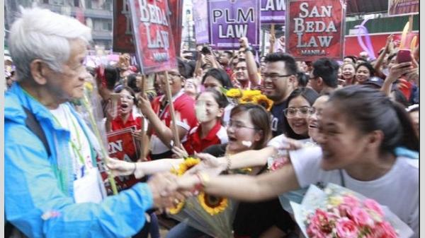 Col. Mariano had a stream of supporters after his story went viral | Photo Courtesy: Danny Pata/GMA News