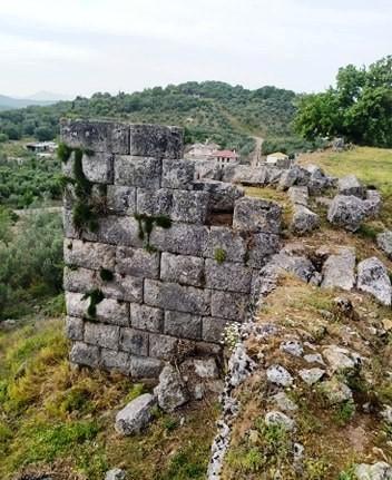 Υπερήφανη και επιβλητική ξανά η ακρόπολη της αρχαίας πόλης της Παλαιομάνινας!