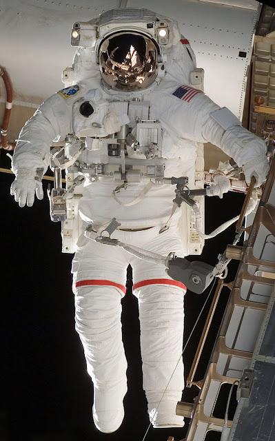 Astronauta com o traje espacial EMU