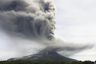 Gunung Sinabung yang meletus setelah tertidur lebih dari 400 tahun
