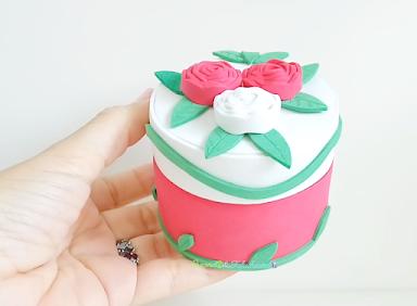 Caja de rosas con bote de plástico
