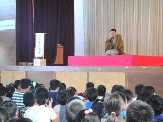 道徳授業地区公開講座 「想像力とコミュニケーションを育てる落語」三遊亭楽春(講師)