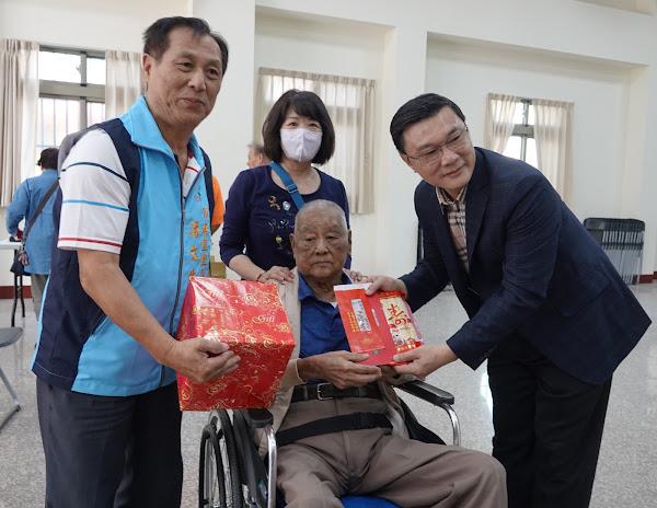 鹿港鎮公所重陽敬老禮金發放 祝賀長者健康呷百二