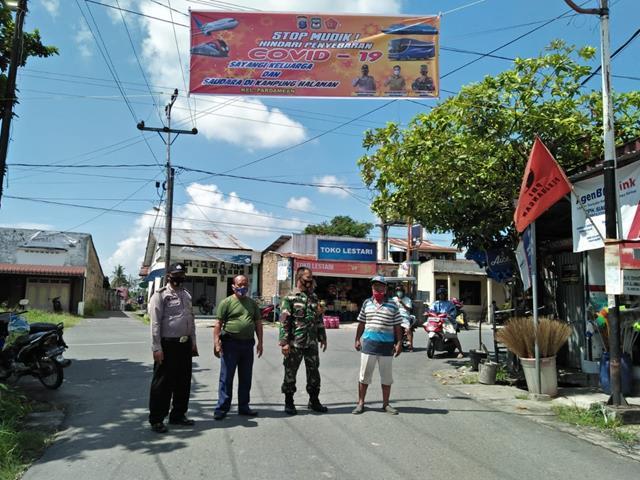 Pemerintah Memerintahkan Larangan Mudik, Personel jajaran kodim 0207/Simalungun Pasang Spanduk Himbauan