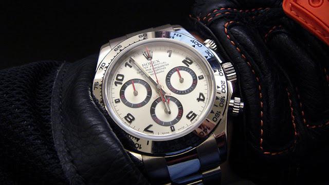 Una mujer compra un sofá usado por 25 dólares y descubre dentro un reloj que cuesta 250.000