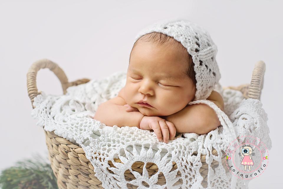 Zdjęcie dziewczynki śpiącej w koszyku