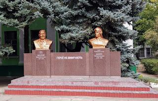 Мелитополь. Проспект Богдана Хмельницкого. Памятник Малюге и Моторному