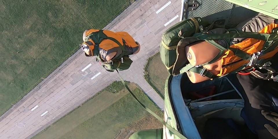 Військові випробовують вітчизняні рятувальні парашути