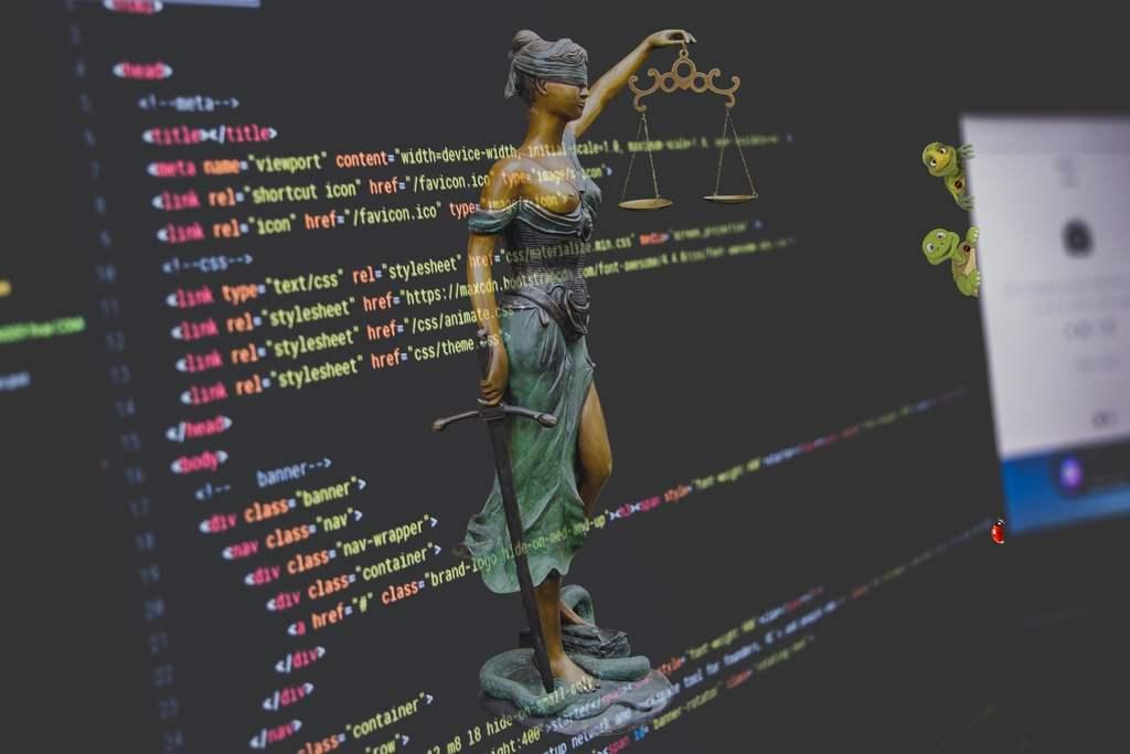 A era digital promete melhorias nos âmbitos profissional e pessoal, entretanto está também expõe seus usuários a grandes perigos, visto que dados como nome, endereço, e idade são compartilhados neste meio.