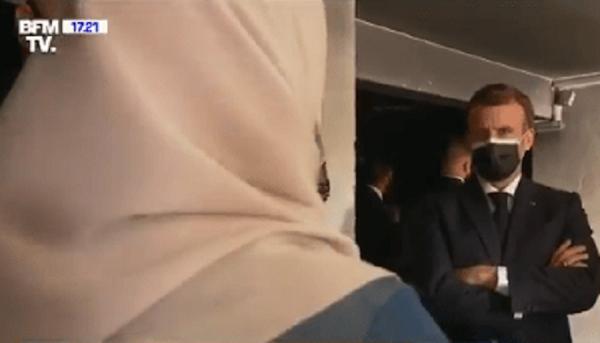 """VIDÉO - """"Je déplore un manque de mixité dans le collège du quartier"""" : une femme voilée interpelle Macron"""