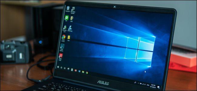 جهاز كمبيوتر محمول من Asus يعمل بنظام Windows 10.