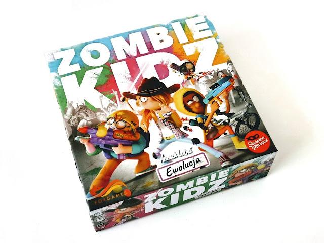 na zdjęciu pudełko z grą zombie kidz a na okładce wizerunek czterech bohaterów z bronią, nerfem, mieczem świetlnym, kusza i pistoletem na wodę