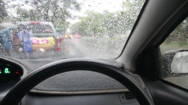 Tips Aman Berkendara Saat Musim Hujan