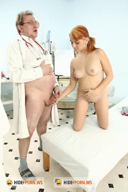 блондинка, видео женщина врач женщина дала женщине свои сиси стройные ножки
