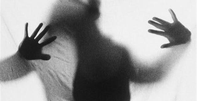 ΠΑΝΙΚΟΣ ΣΤΗΝ ΑΘΗΝΑ - Αστυνομικος εβγαλε στο πεζοδρομειο την γυναικα του