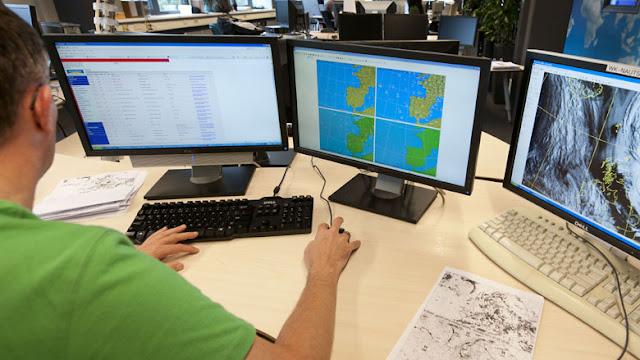 ما هي المعايير التي يعتمدها المعهد الملكي الهولندي للأرصاد الجوية لإصدار التحذيرات؟