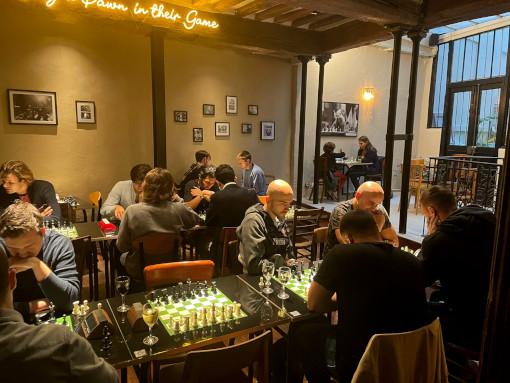 On peut jouer aux échecs au Blitz Society à Paris