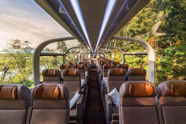 Interior con ventanas transparentes en servicio de tren Gold montañas rocosas